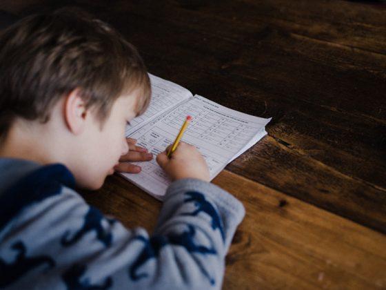 seorang anak sedang belajar cosinus