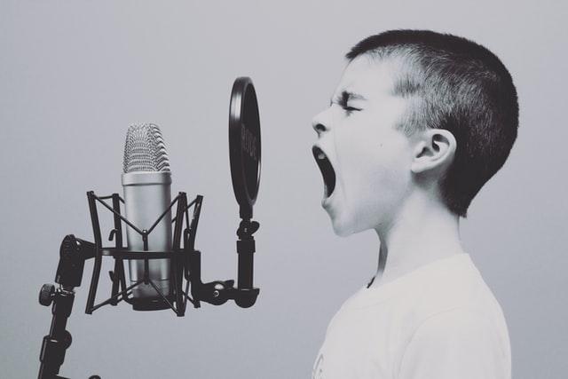 bunyi cepat merambat melalui pengeras suara dari seorang anak