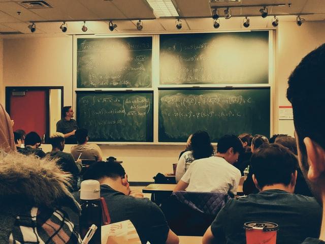 sejumlah siswa sedang belajar rumus trigonometri