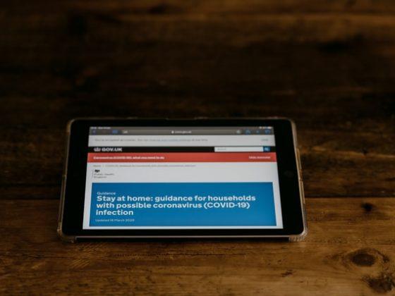 Sebuah berita yang muncul di tablet mengenai tahun ajaran baru COVID