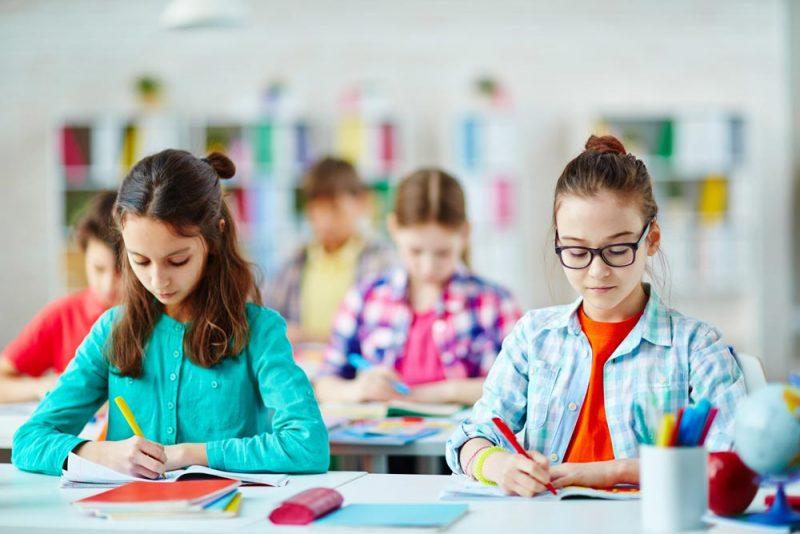 murid sedang belajar di dalam kelas