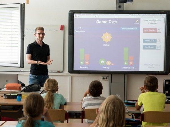 Pengajaran kursus online bahasa inggris dalam sebuah kelas.