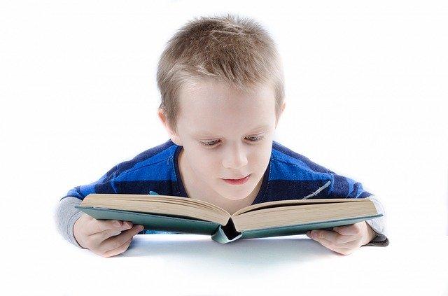 seorang anak tengah latihan soal matematika