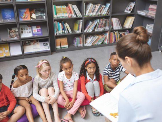 murid-murid sedang mendengarkan guru mereka mengajar
