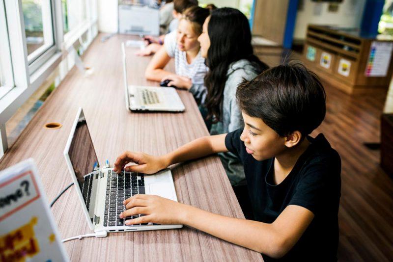 murid sedang belajar secara online