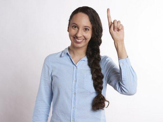 seorang pelajar mengacungkan tangan untuk tanya jawab soal matematika