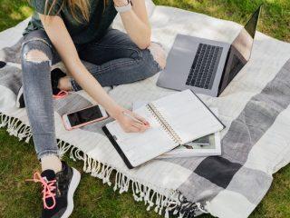 seorang siswi menulis berdasarkan cara membuat essay bahasa inggris yang benar