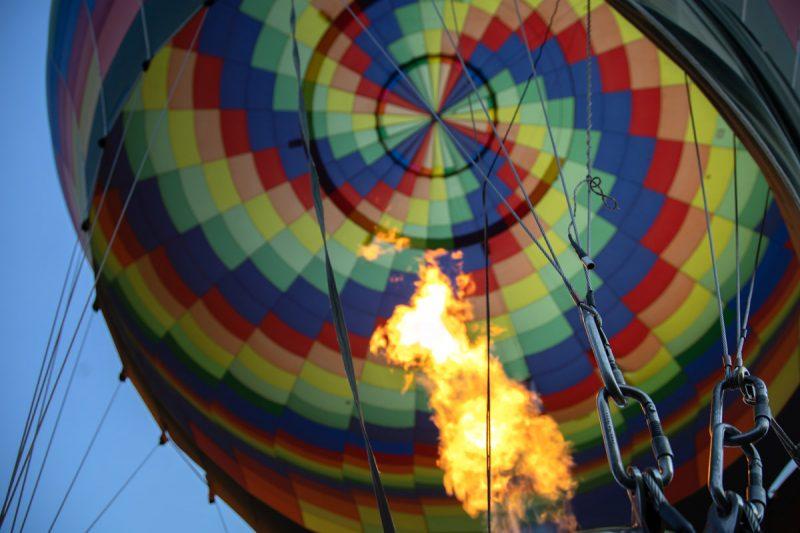 menerbangkan balon raksasa dengan gas mulia helium