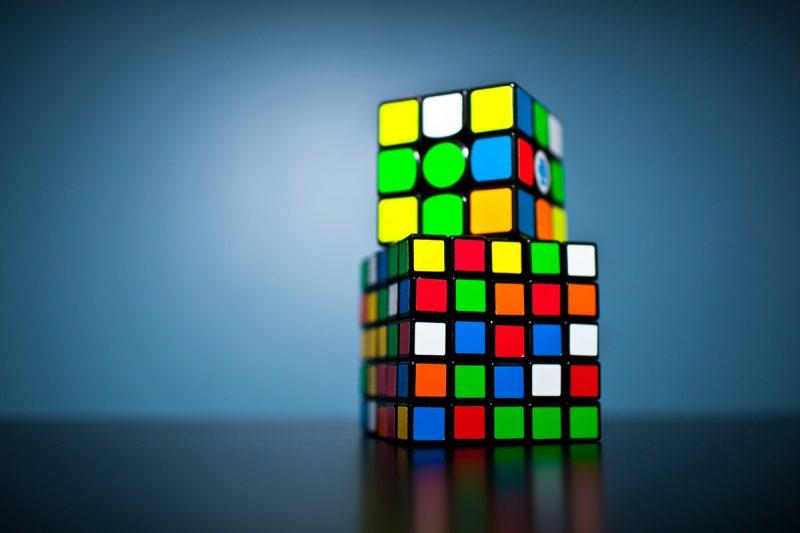 pelajari rumus volume kubus dengan dua rubic cube kubus