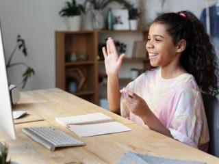 seorang anak sedang kursus online
