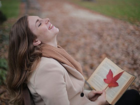 seorang wanita sedang membaca teks anekdot